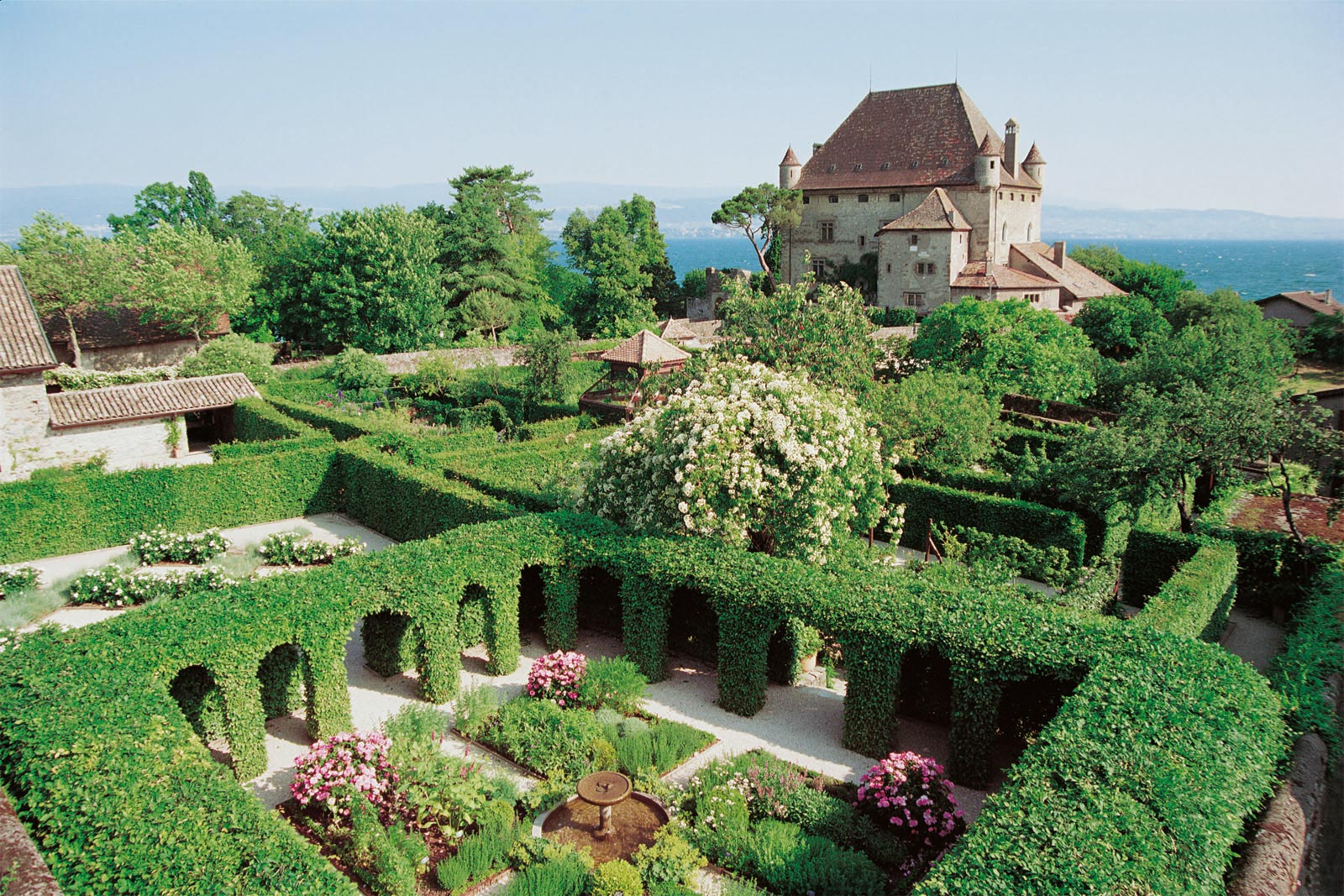 The Labyrinth of Five Senses in Yvoire: the cloister.